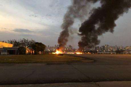 Queda do avião causou um incêndio no aeroporto