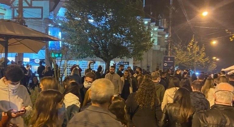Em feridos anteriores, turistas fazem aglomeração em Campos do Jordão (SP)