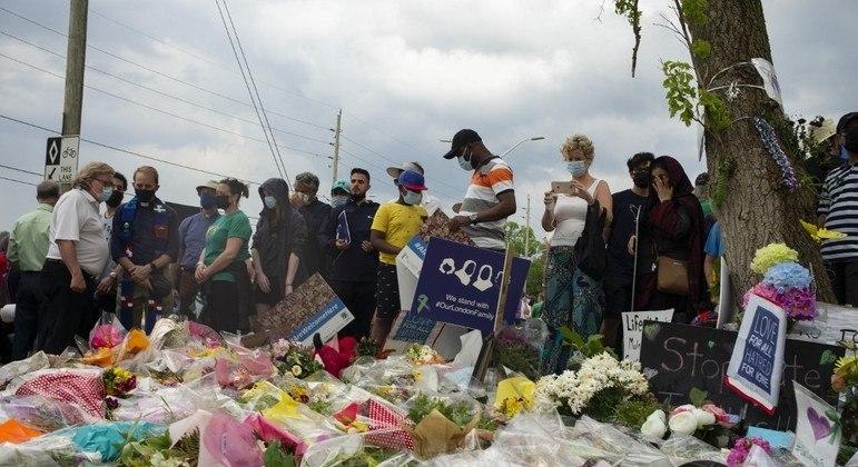 População de London montou memorial em homenagem às vítimas do atentado