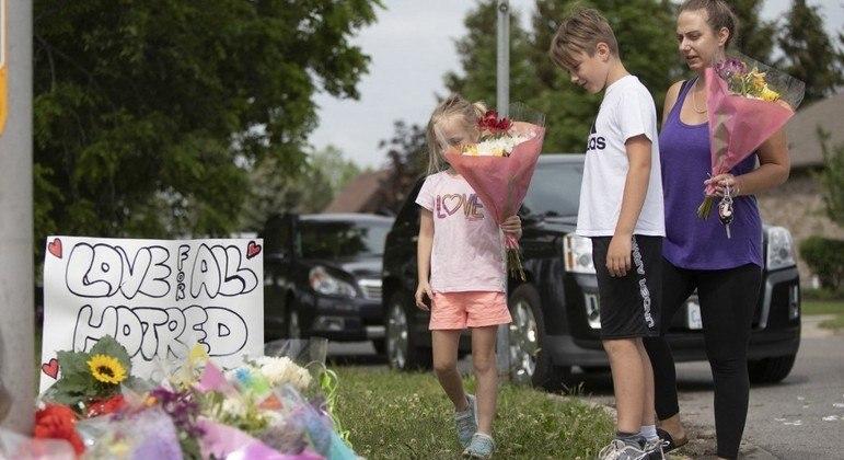 População improvisou um memorial em homenagem às vítimas no local do atropelamento