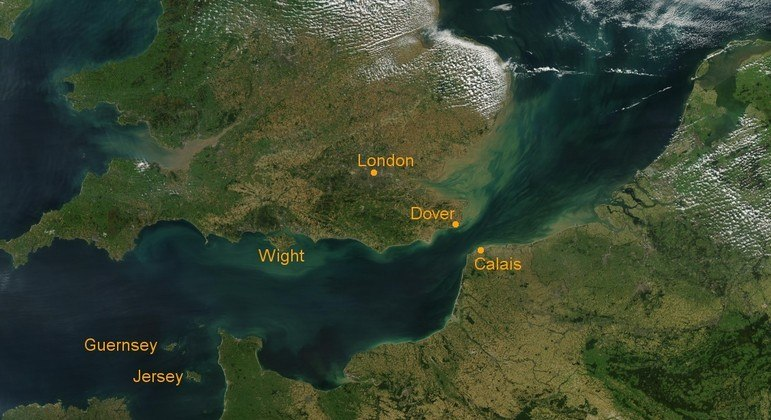 Imigrantes ilegais partem da França em pequenas embarcações para tentar chegar à Inglaterra