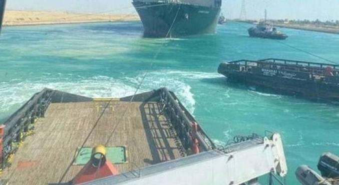 Navio bloqueia Canal de Suez por algumas horas