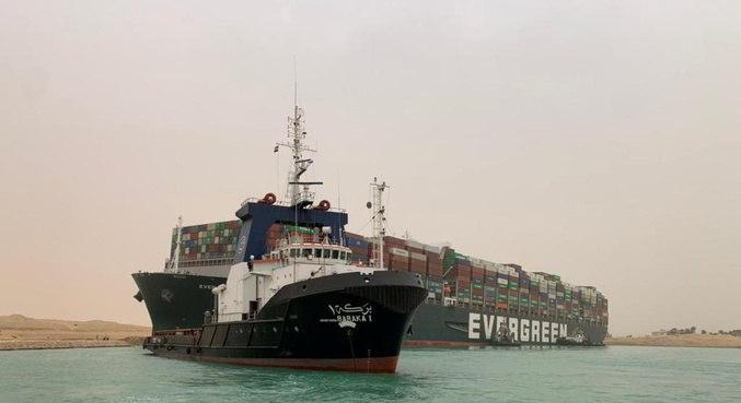 Gigantesca embarcação ficou presa no Canal de Suez, no Egito