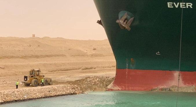 Autoridades estão tentando soltar navio, que bloqueou circulação no canal