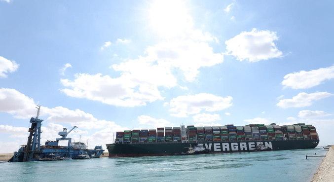 Rebocadores são chamados para ajudar embarcação encalhada no Canal de Suez