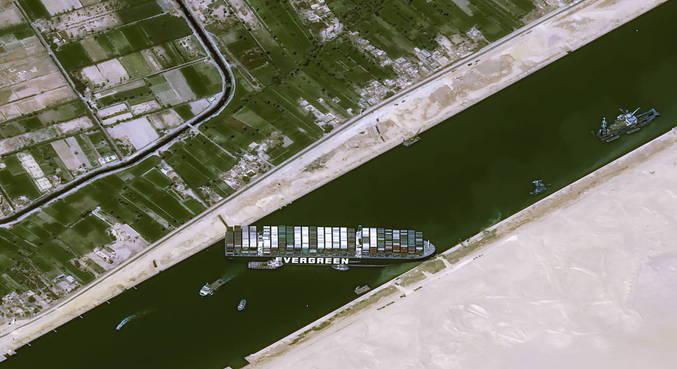 Cargueiro de 400 metros bloqueou totalmente a passagem do Canal
