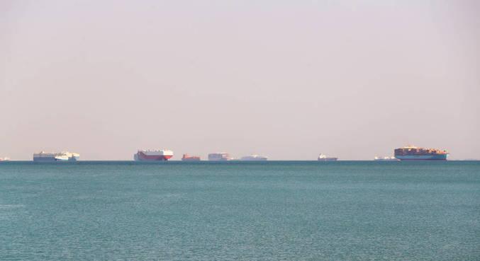 Mais de 230 barcos esperam para poder cruzar Canal de Suez