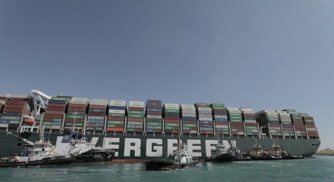 Equipes de resgate mantém otimismo para liberar cargueiro