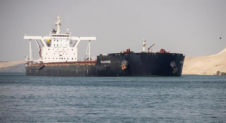 Centenas de navios ficaram impedidos de trafegar pelo canal após acidente com cargueiro