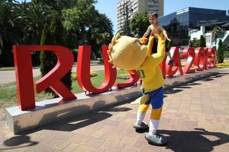 Canarinho é sucesso com crianças no Brasil e na Rússia