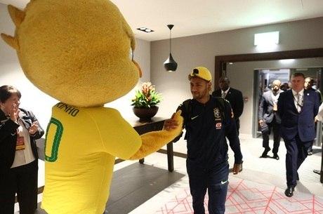 Astro da seleção e herói nacional cumprimenta Neymar Jr.