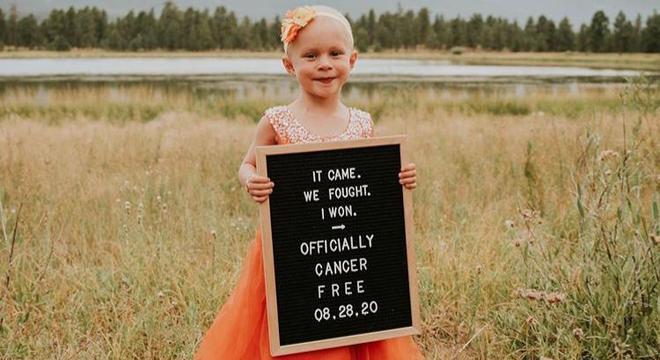 Menina comemora data que oficializou estar livre da doença