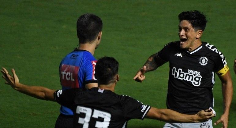 O artilheiro Cano fez o gol que garantiu a classificação do Vasco