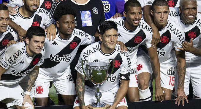 Capitão na decisão, Germán Cano levantou o troféu para o Vasco