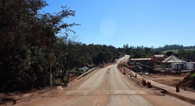 Obras em ponte destruída pela lama na tragédia que ocorreu em 25 de janeiro