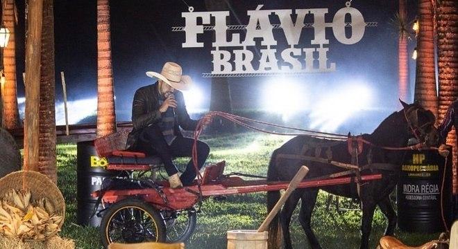 Flávio Brasil passou apuros em live, após cavalo disparar