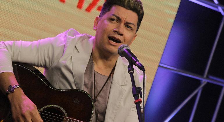 Cantor sertanejo Gabriel canta seus novos sucessos no palco da 10ª edição do Trilha de Sexta