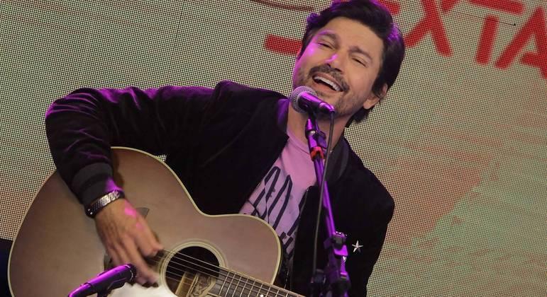 Zé Henrique canta seus maiores sucessos no programa patrocinado pela cerveja Crystal