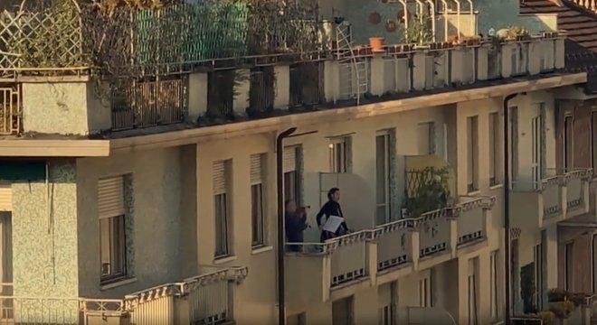 Em Turim, no norte da Itália, cantora de ópera cantou de sua varanda