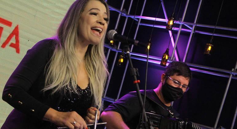 """Graziella Oliveira é mais uma grande revelação do Produtor Crystal. """"Vi a propaganda no YouTube, mandei minha música, sem ambição nenhuma, e fui escolhida"""", afirma a artista"""