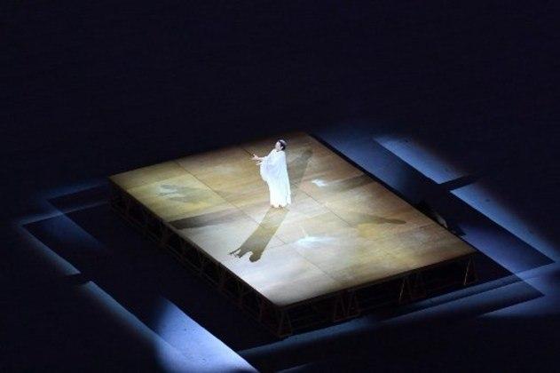 Cantora japonesa solta a voz em apresentação.