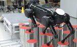 O robô teve que compreender a disposição (posição e altura) dos cilindros, escolher o melhor ponto de apoio e rota e caminhar de forma constante e precisa