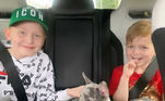 A inglesa Tina Grantham, mãe de dois filhos e tutora de três cães, compartilhou as imagens hilárias nas redes sociais