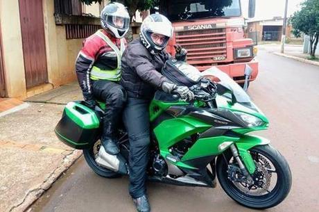 Ambiente turismo/rodovia, ambos com capacete de fibra 5 estrelas