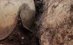 Até hoje, poucos capacetes com esse design foram encontrados durante escavações arqueológicasNão vá embora!Cãozinho é salvo por dona antes de ser sufocado por píton: 'Só pânico'