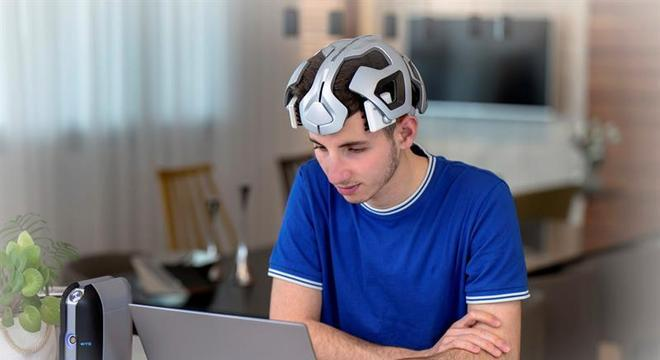 Jovem testa capacete para o tratamento do transtorno do déficit de atenção
