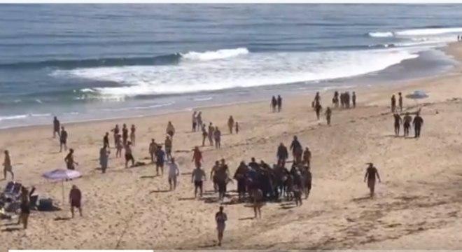 Arthur Medici ao ser retirado do mar após o ataque de tubarão em Cape Cod