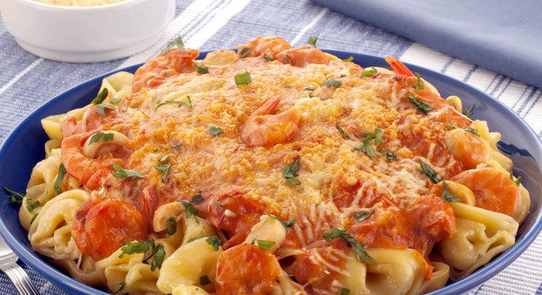 Capeletti de queijo com molho de camarão