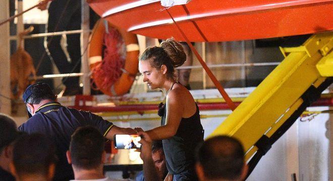 Carola Rackete foi retirada de embarcação por policiais