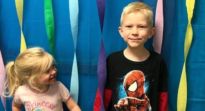 Bridger e sua irmã, lado a lado; o menino foi um verdadeiro herói ao salvar a menina do ataque de um cachorro