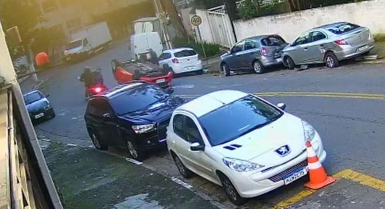 Suspeitos roubam veículo de casal, batem em carro parado e capotam