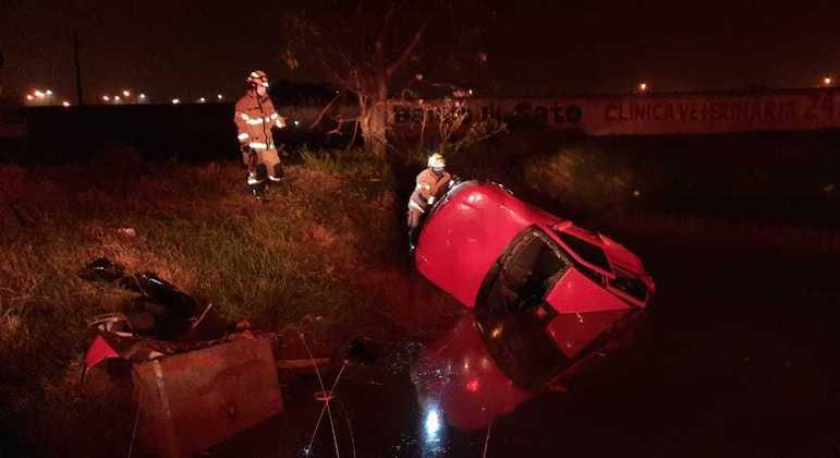 Carro capota e cai em vala na BR-60. Motorista e dois passageiros ficaram presos às ferragens