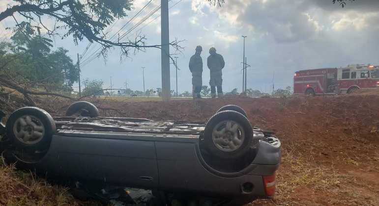 Carro capotado na BR 020, sentido Planaltina. Passageiros sofreram ferimentos leves