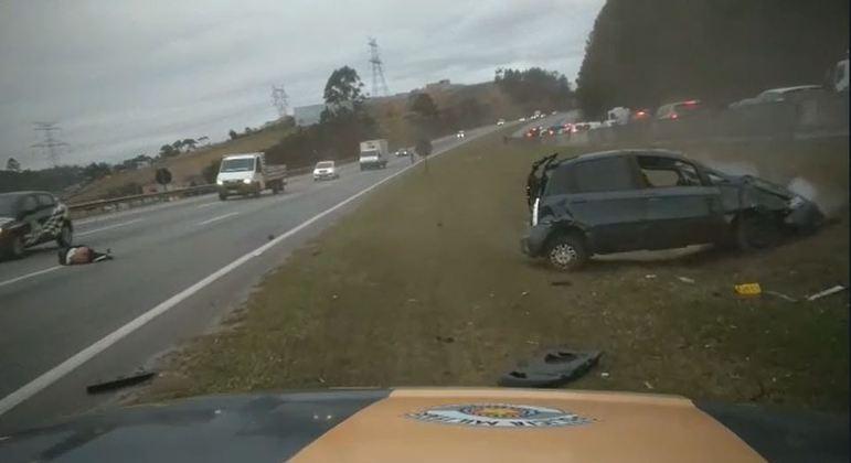 Após perseguição, carro atingiu canteiro e capotou