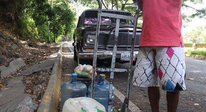 Muitas pessoas de Caracas chegam à montanha de Ávila em busca de água potável