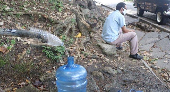 Moradores de Caracas passam semanas sem receber água em suas casas
