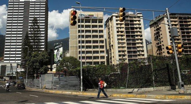Cuidar das casas de quem abandonou o país virou profissão em alta na Venezuela Alguém para acender a luz