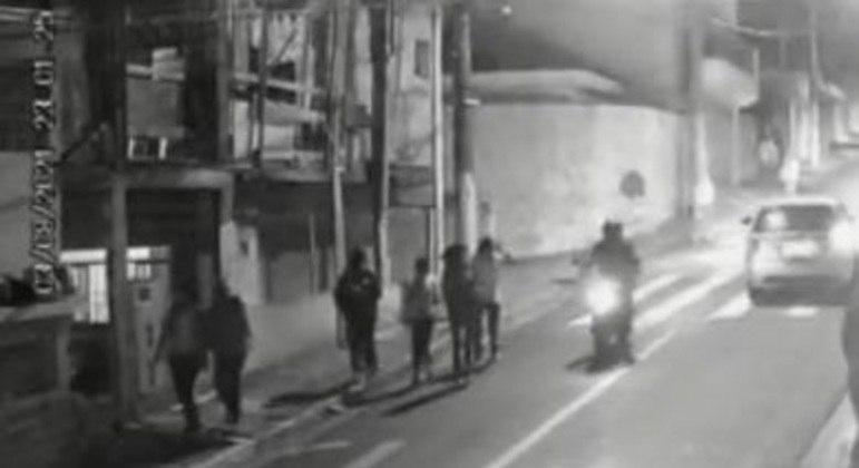 Câmeras de seguranças mostram momento que suspeito aborda vítima