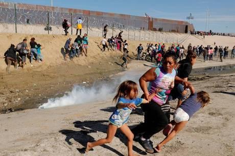 Milhares de migrantes esperam para entrar nos EUA