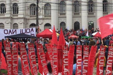"""""""O Brasil é maior que o STF"""", dizem panfletos pro Lula"""