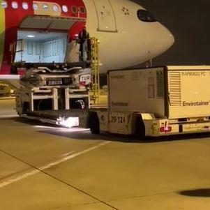 Avião recebe carga em Lisboa