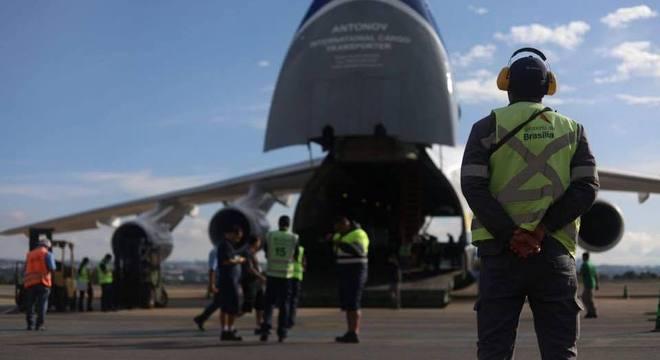Avião cargueiro pousou no aeroporto de Brasília com 6 milhões de máscaras