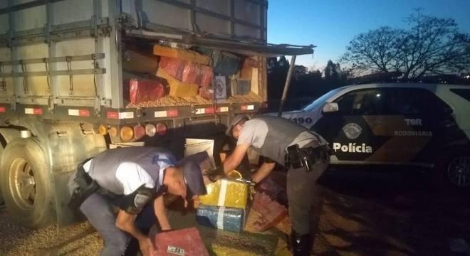 Policiais rodoviários encontraram a droga escondida sob uma carga de milho