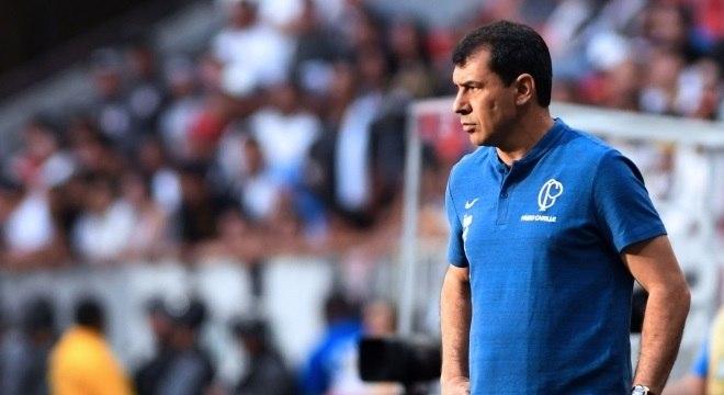 Pressionado, Fábio Carille repassou a derrota para os jovens