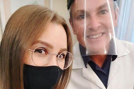 Atriz posou com o médico e o agradeceu