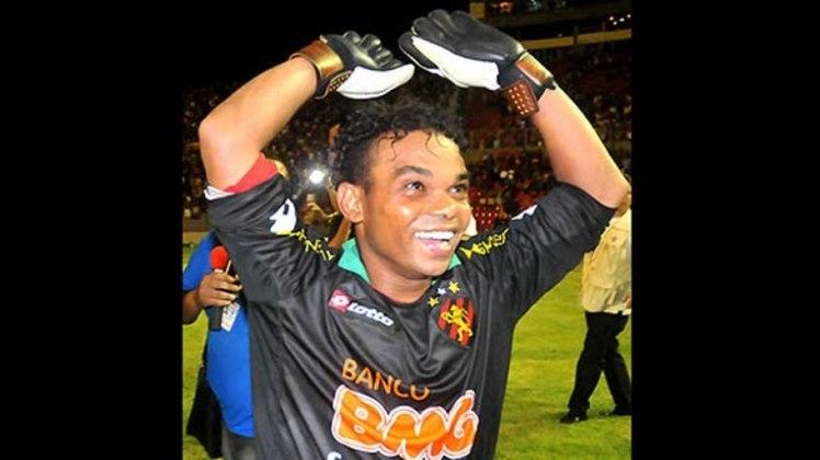 Carlinhos Bala assumiu o gol do Sport na vitória por 2 a 1 sobre o Vitória-PE, pelo Campeonato Pernambucano de 2011. A partida caminhava para um empate, até que o goleiro do Leão, Saulo, subiu para ajudar a equipe em um escanteio e marcou de cabeça. Porém, se machucou na comemoração e deixou o campo.